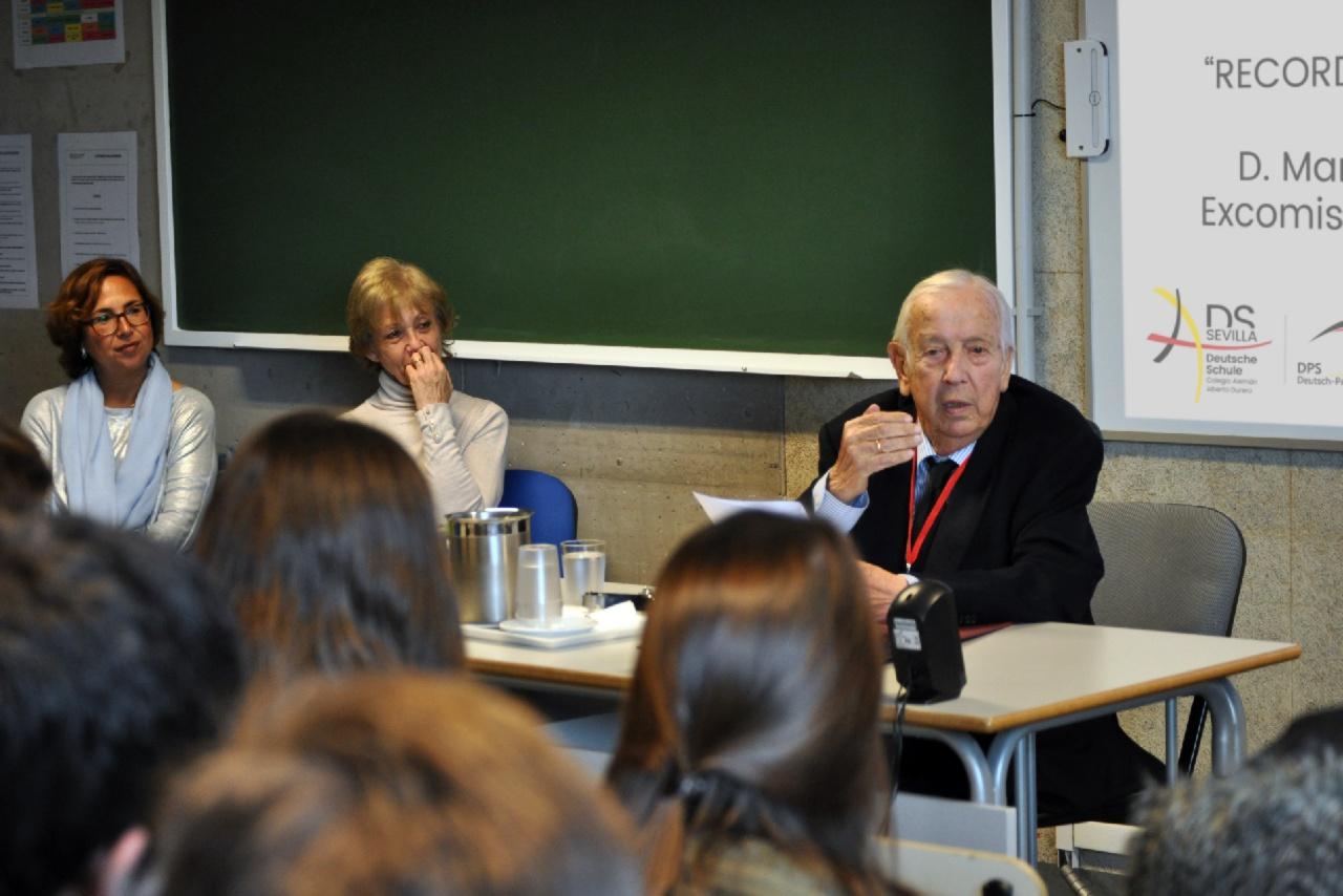Alumnos de 3º y 4º de ESO conocen  la Expo 92 de la mano del comisario Manuel Olivencia