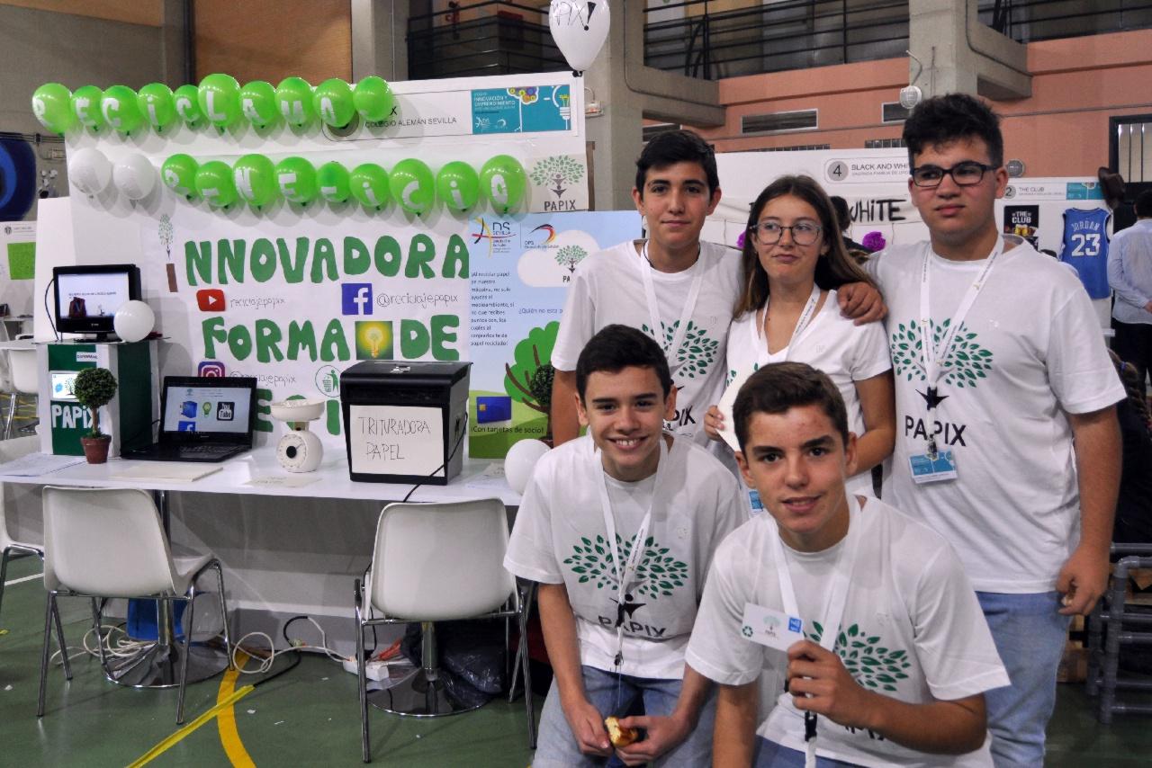 Un contenedor que canjea papel usado por folios reciclados, idea ganadora de la Feria de Innovación y Emprendimiento en ESO y Bachillerato